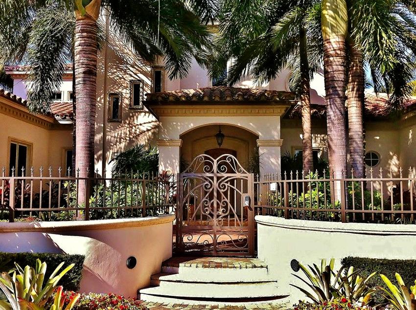 Дизайнеры рекомендуют окрашивать ворота в тот же оттенок, что и крышу