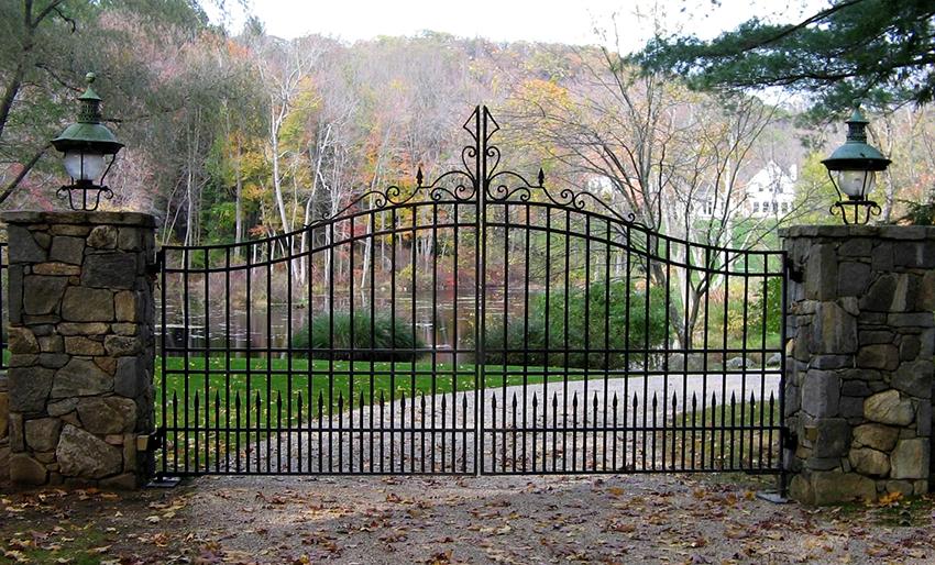 Ворота с элементами ковки обладают высокой прочностью, при этом они функциональны и эстетичны