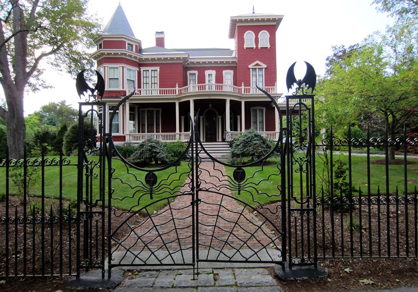 Высота стандартных кованых ворот варьируется от 1,5 до 3 метров