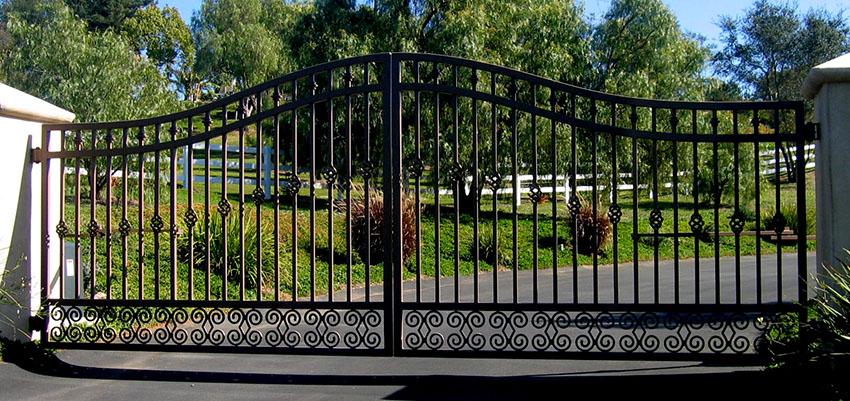 Ворота производят из качественного металла, поэтому они очень долговечны