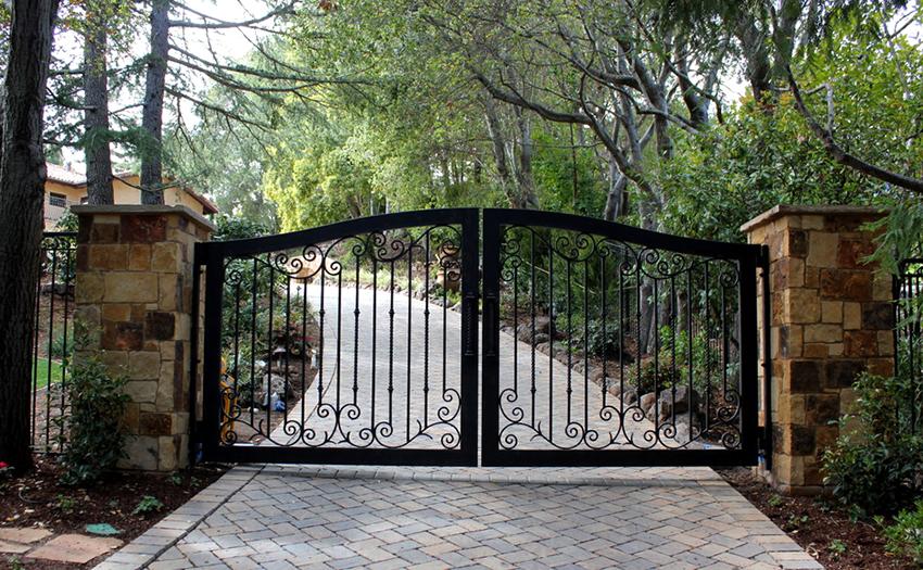 При выборе ворот нужно учитывать варианты открывания, размеры створок и тип запорного механизма