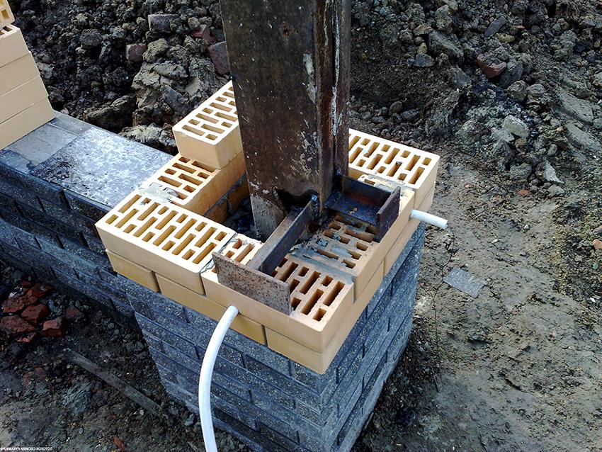 Кованые ворота обладают высокой массой, поэтому рекомендуется делать опоры в виде прочных столбов с кирпичной кладкой