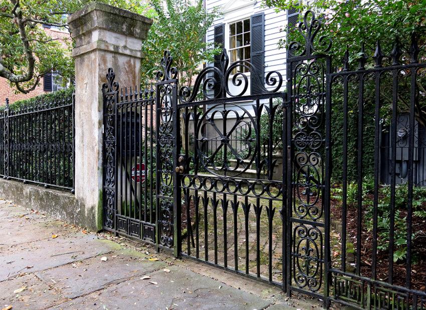 Кованые ворота достаточно универсальны, поэтому хорошо сочетаются с разными стилями