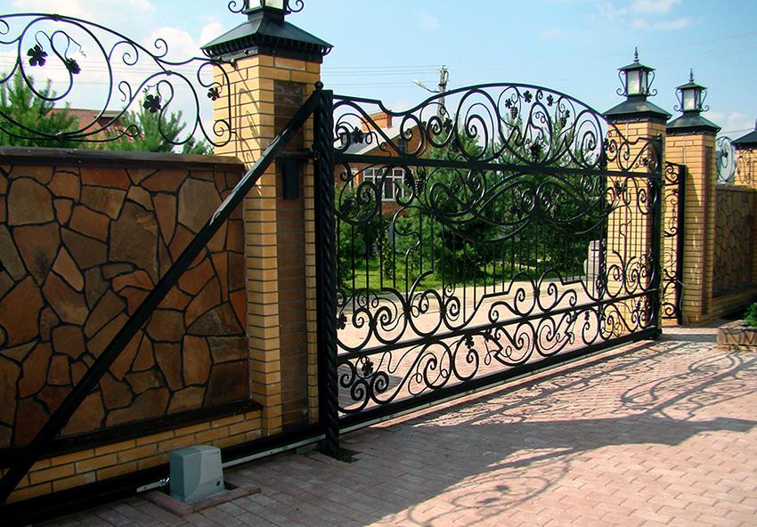 Откатные двери оснащены роликовым механизмом, благодаря которому конструкция отъезжает в сторону при открытии