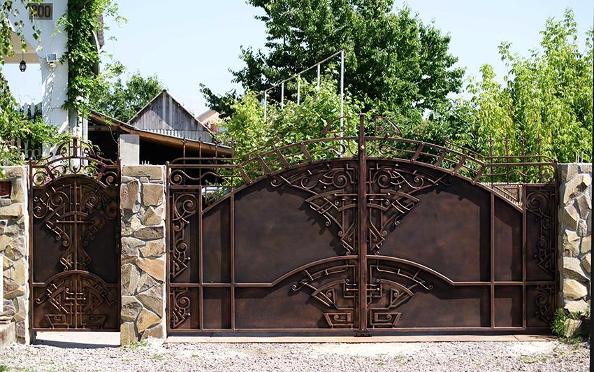 Сплошные конструкции состоят из непрерывного металлического листа с коваными элементами