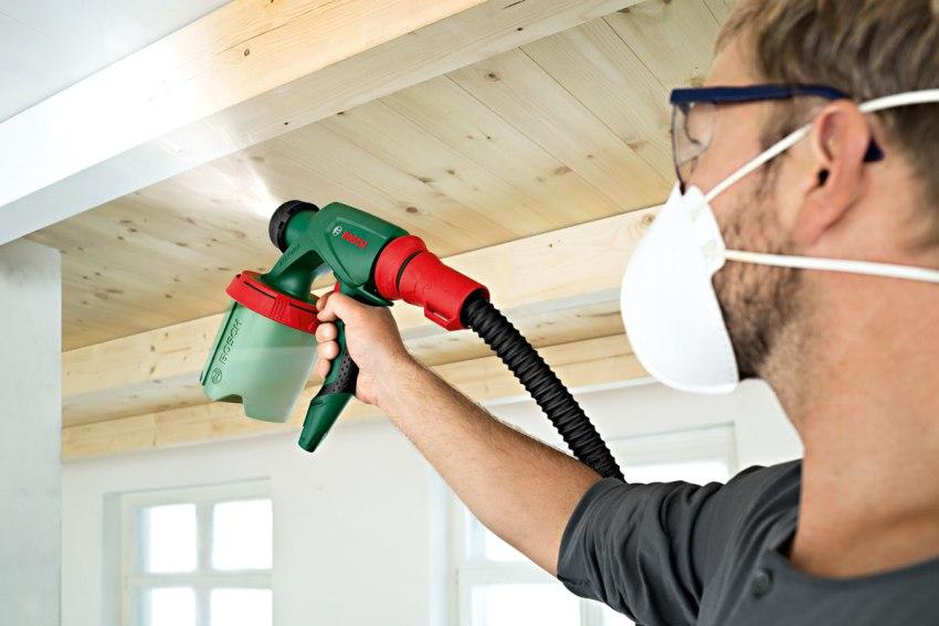 Окраска потолка краскопультом позволяет получить высококачественную поверхность, равномерный и тончайший слой краски