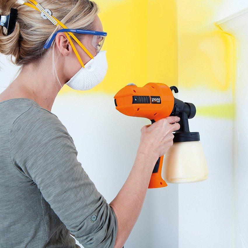 Если нужно красить стены в доме, то нужно проследить за их тщательным выравниванием, так как под тонким слоем из краскопульта заметна любая неровность