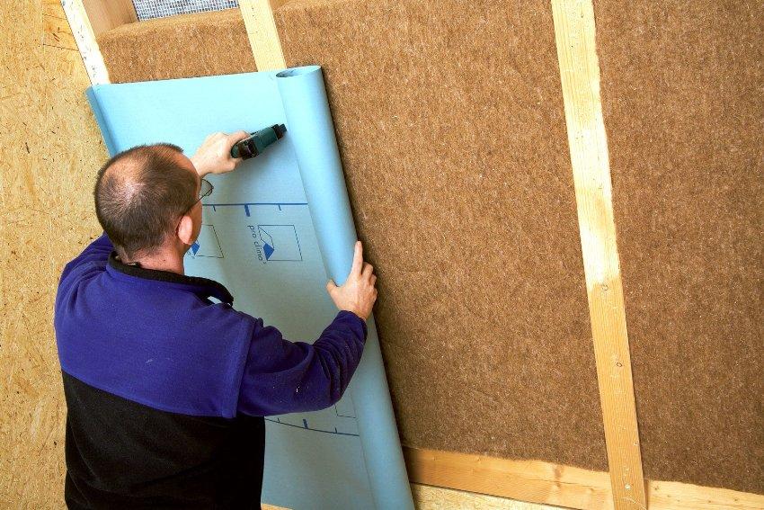 Стандартно пароизоляционное покрытие укладывают изнутри дома при обустройстве утепляющего слоя