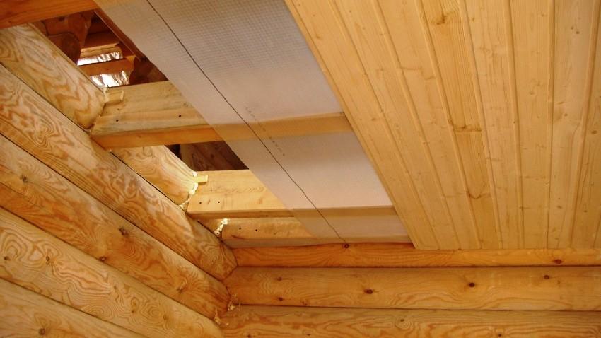 Чтобы деревянные потолки раньше времени не деформировались и не прогнили, стоит позаботиться о качественной пароизоляции