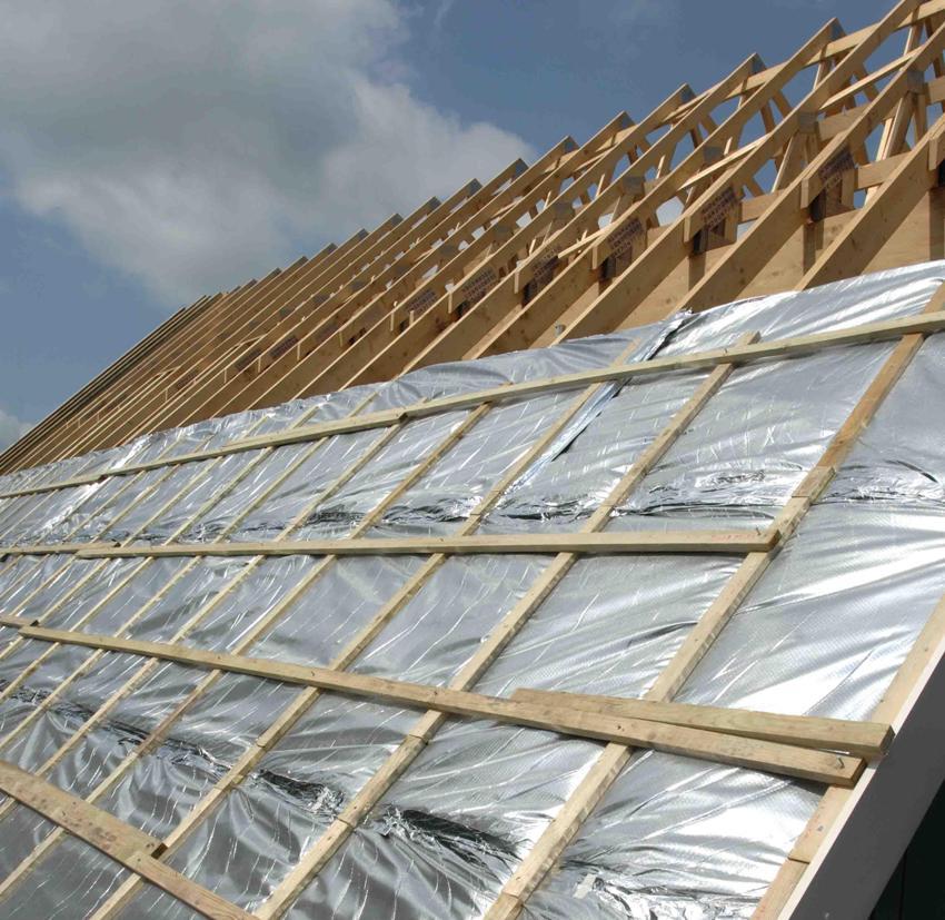 Кроме защиты основания от влаги, материал выполняет важную теплоизоляционную функцию, не допуская, чтобы тёплый воздух поднимался вверх