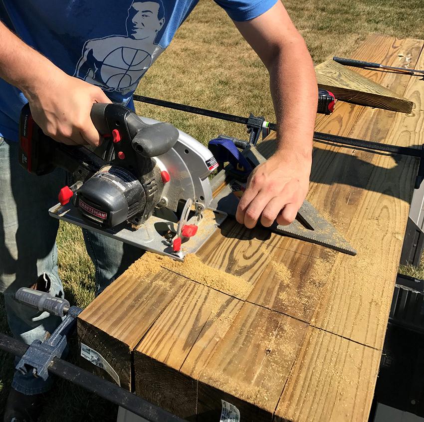 После шлифовки древесины необходимо выпилить необходимого размера пазы