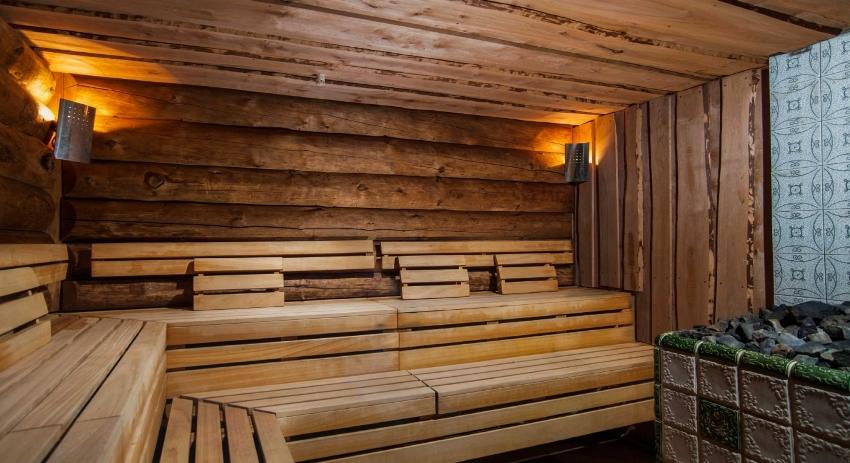 Банный полок должен эстетично выглядеть, иметь гладкую поверхность и закругленные уголки досок