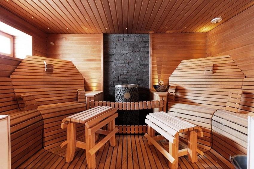 Чтобы полоки в бане были максимального комфортными, можно дополнить конструкцию удобными спинками