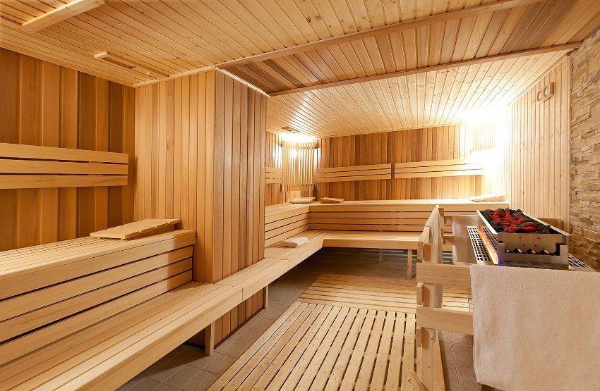 Выстраивание полок друг над другом, позволяет посетителям бани самостоятельно подбирать наиболее подходящую для них темпертуру