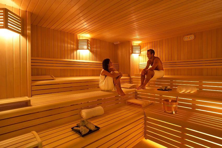 Для парной бани часто выбирают сложные ярусные конструкции в три ступени