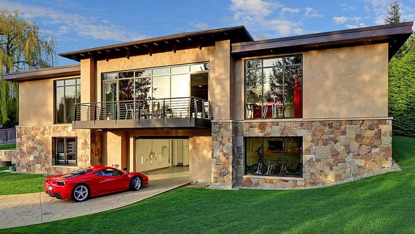 Нередко в цокольном этаже обустраивают гараж, что само по себе значительно экономит полезное пространство