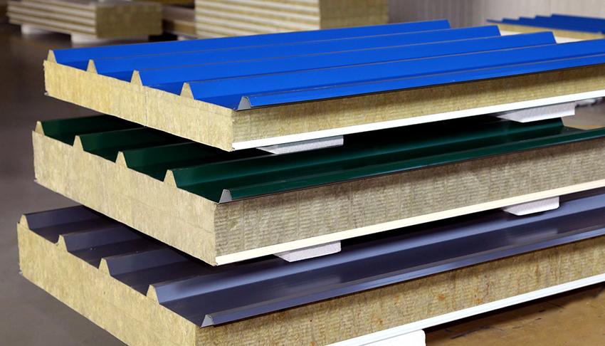 Сэндвич-панели – это трехслойный материал, который используется в строительстве каркасных домов