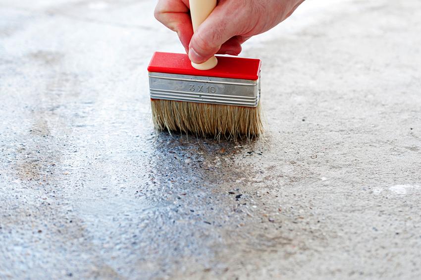 Жидкую гидроизоляцию для бетона необходимо наносить кистью или валиком