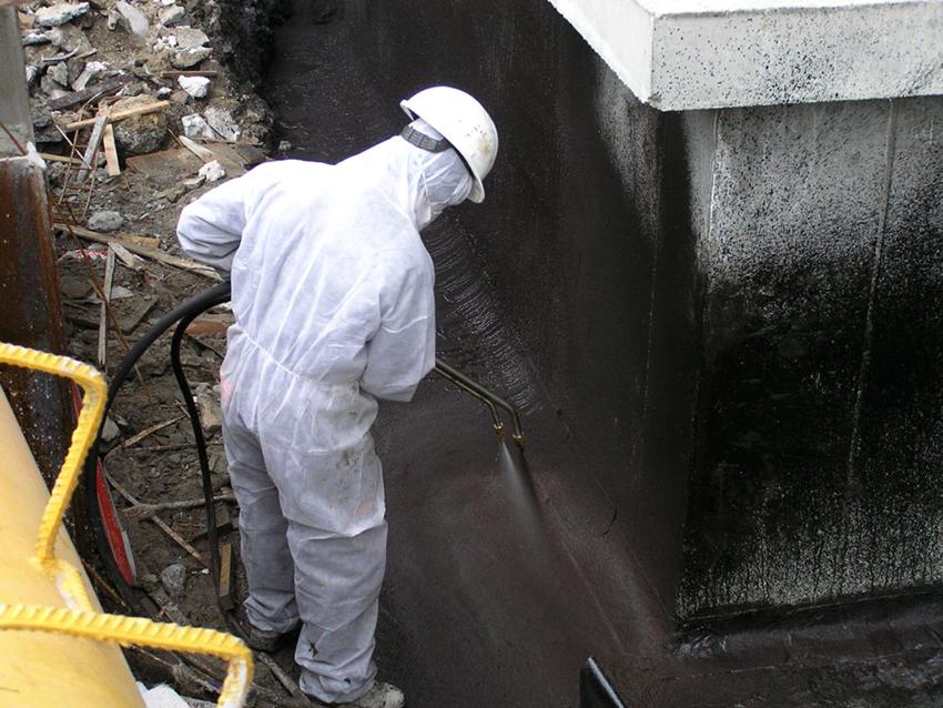 Кроме защиты от влаги, гидроизоляционная смесь делает бетон более прочным, препятствует распространению грибка и плесени