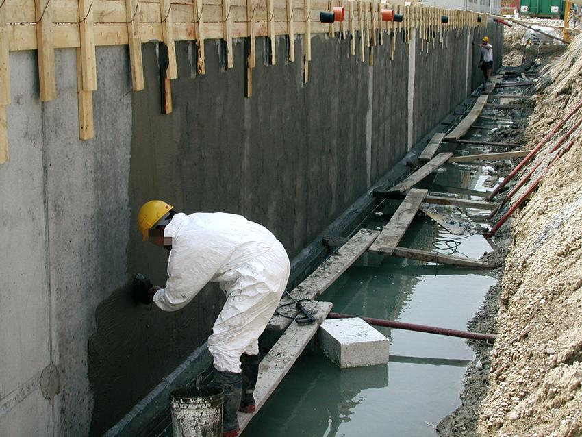 Обмазочная гидроизоляция не проникает в глубь, а защищает только поверхность бетона