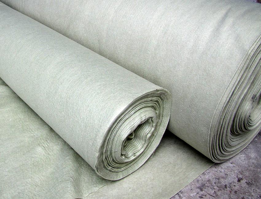 Геотекстильная подложка используется для защиты пленки от повреждений и как уплотняющий слой