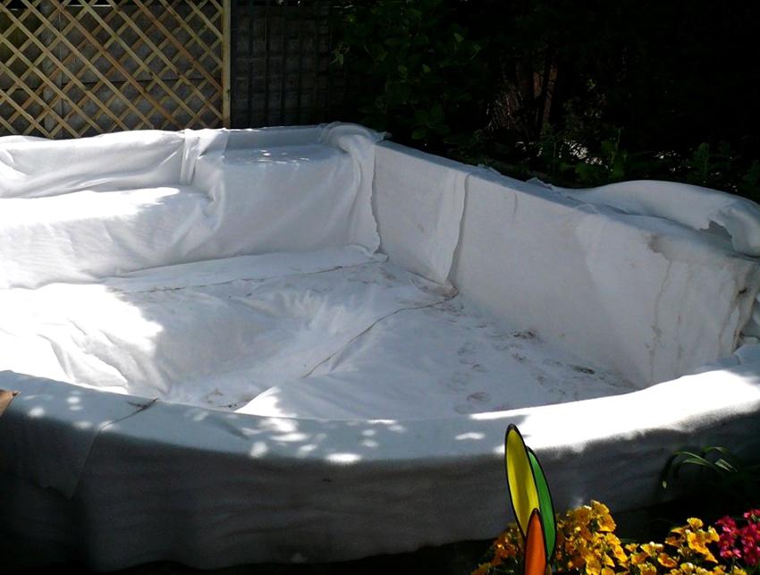 Благодаря геотекстильной подложке вода в бассейне будет остывать медленней