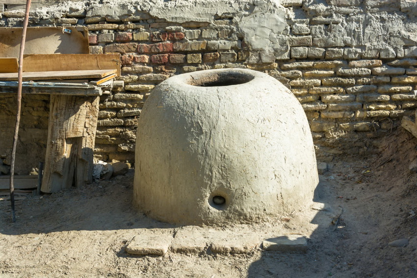 Традиционный узбекский тандыр лепится из глины по специальной технологии