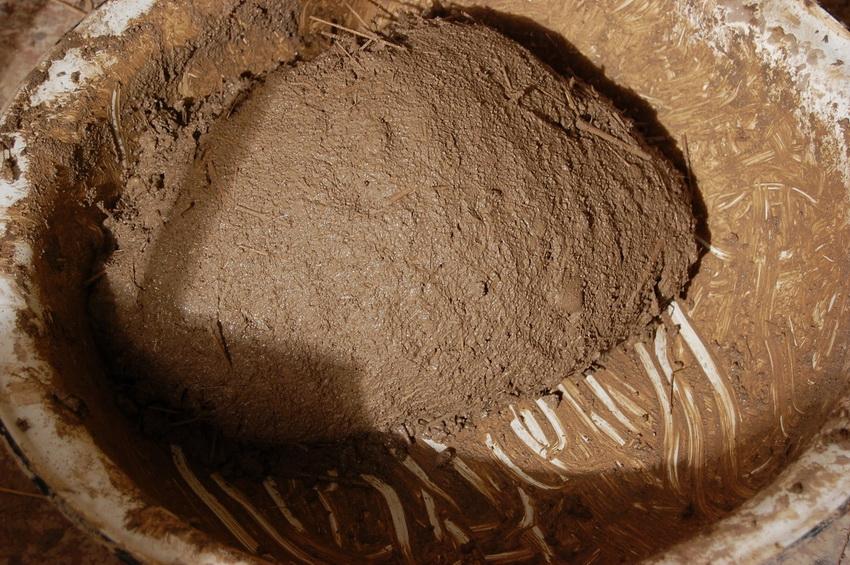 Для строительства тандыра используют специально подготовленную смесь глины