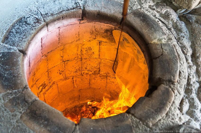 Благодаря своей конструкции тандыр способен удерживать высокую температуру внутри в течение довольно длительного времени