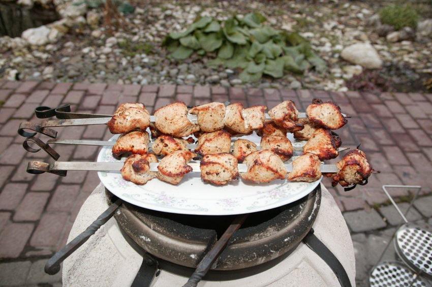 При экономичном расходе топлива блюда в тандыре готовятся быстрее, чем на обычном мангале