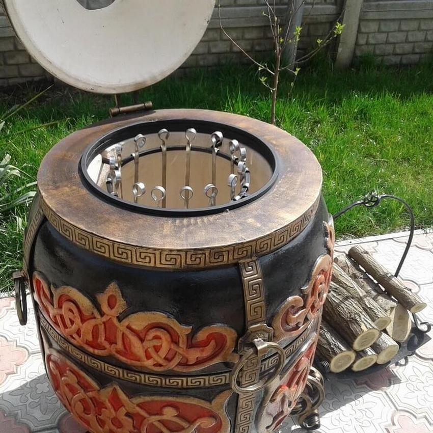 После изготовления и обжига тандыр украшают узорами и окрашивают
