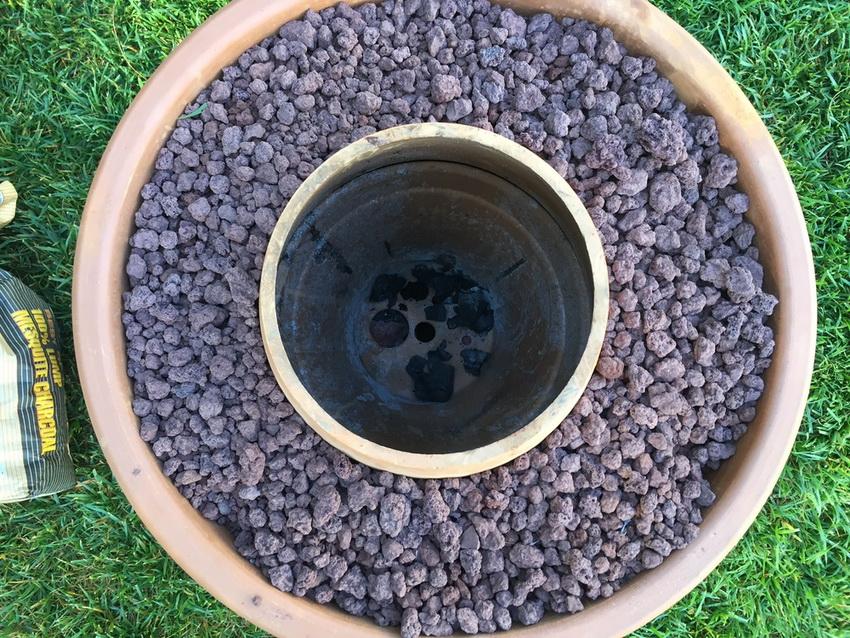В самодельных изделиях пространство между тандыром и внешним каркасом заполняют песком, керамзитом или другим огнестойким материалом