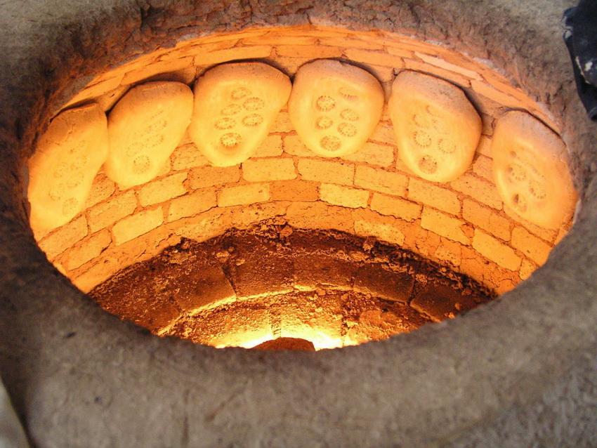 Для возведения тандыра лучше использовать огнеупорный кирпич способный выдержать очень высокие температуры
