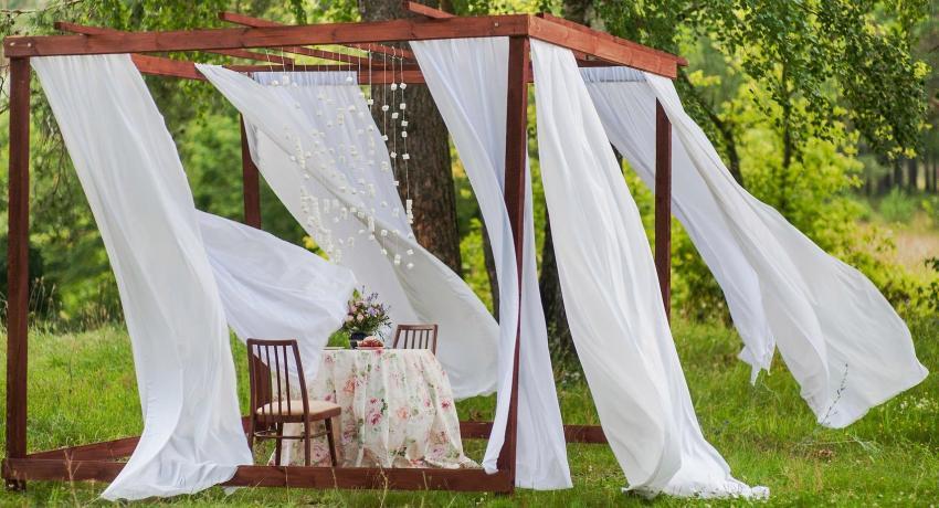 Уличные шторы для беседок и веранд: красивая защита от насекомых и солнца