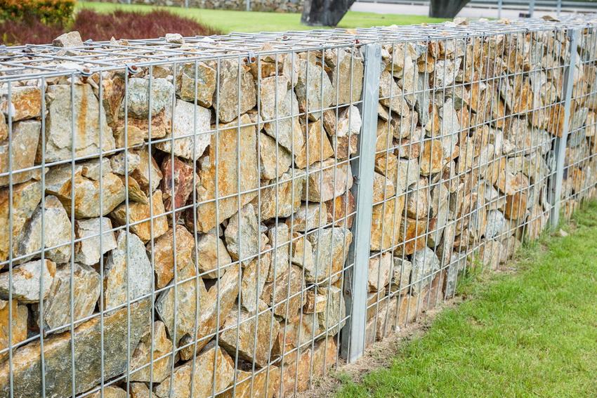 Для наполнения конструкции можно использовать камни любой породы, размера и формы