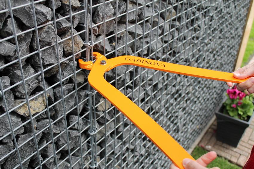 Надежность и устойчивость конструкции зависит от качества металлической сетки и креплений