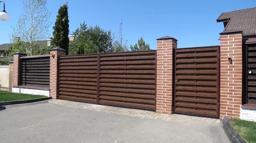 Вес деревянных секций небольшой, поэтому установить такой забор своими силами не составит большого труда