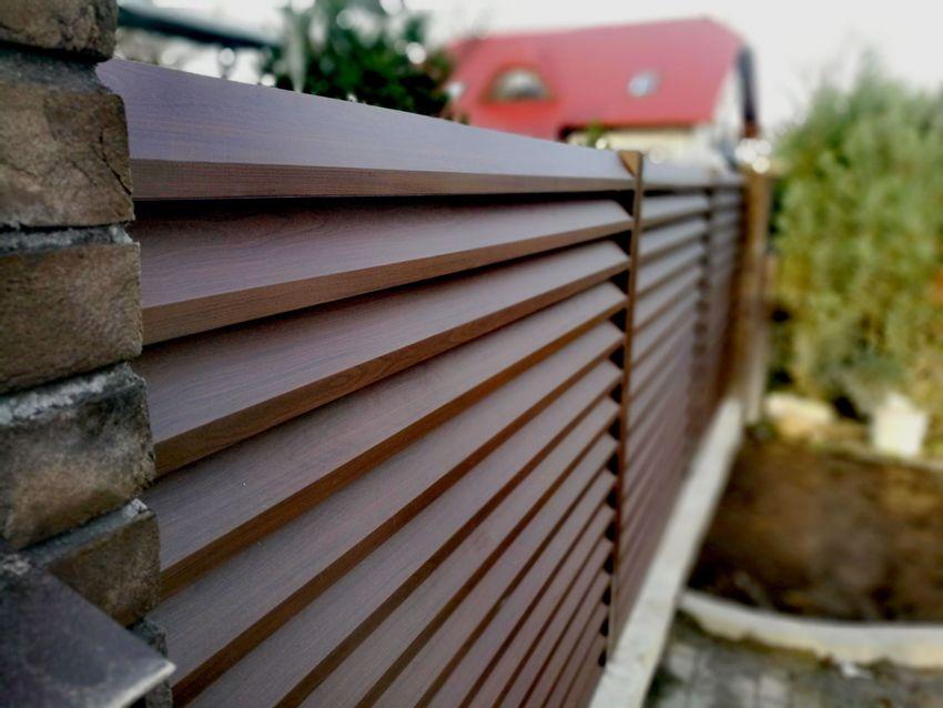 Чаще всего заборы-жалюзи делают из сосны — эта древесина объединяет приемлемую цену и неплохие эксплуатационные качества