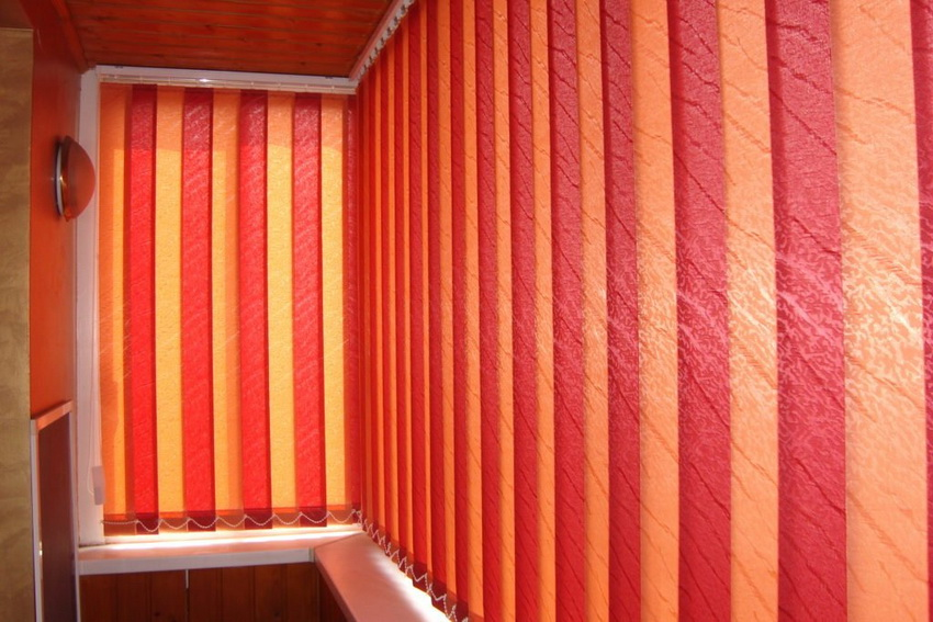 Вертикальные жалюзи для оформления балкона используются реже, так как менее удобны в эксплуатации