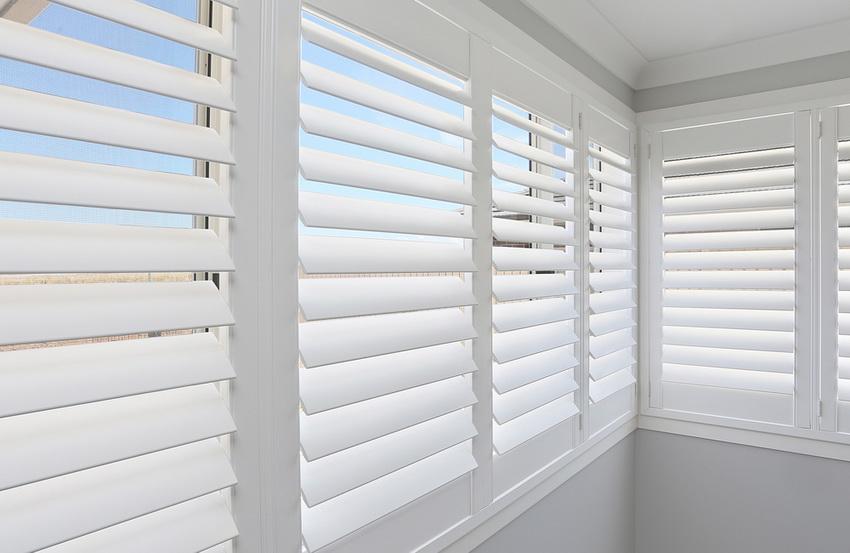 Жалюзи хорошо задерживают пыль и позволяют регулировать количество солнечного света, попадающего в помещение