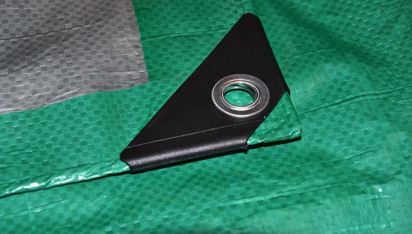 Сырьём для производства тарпаулина является полиэтилен, его вытянутые ленты плотно переплетают, а затем с обеих сторон ламинируются