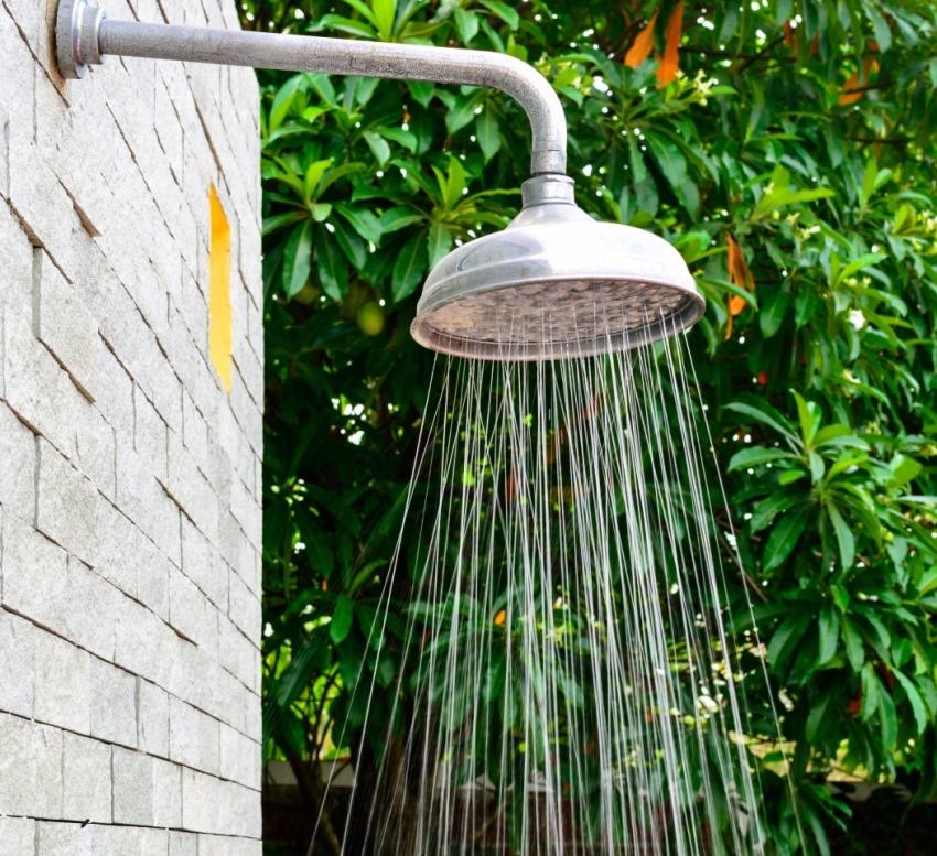 Недостатком плоского бака для душа из пластика является необходимость постоянно поддерживать большой напор воды