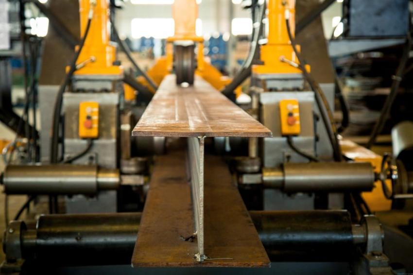 Производство двутавровой балки осуществляется посредством сварки трех основных элементов, в результате получаются поясные швы