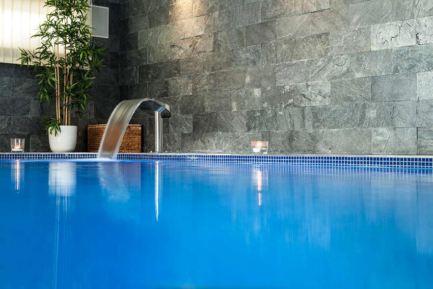 Видов бассейнов очень много, можно приобрести готовый вариант или сделать на заказ по своему дизайну