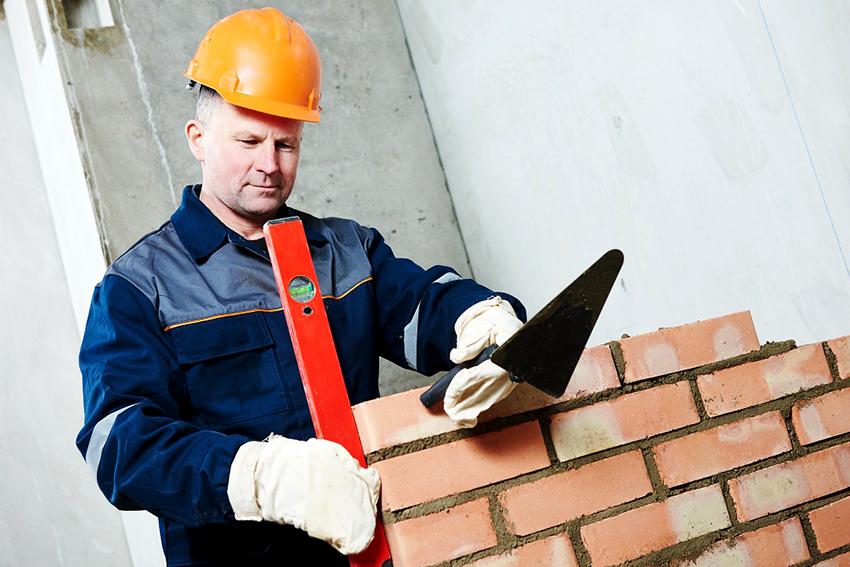 В процессе возведения стенок барбекю понадобится строительный уровень