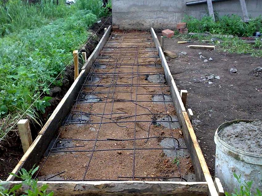 Фундамент армируется прутом или цельной сеткой, и заливается бетоном