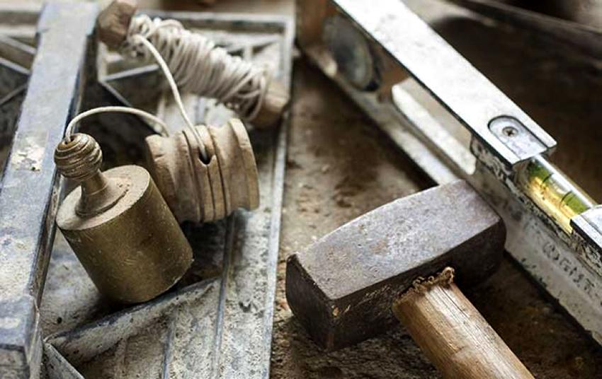 Для строительства барбекю понадобятся молоток, уровень, шлифмашина и строительный отвес