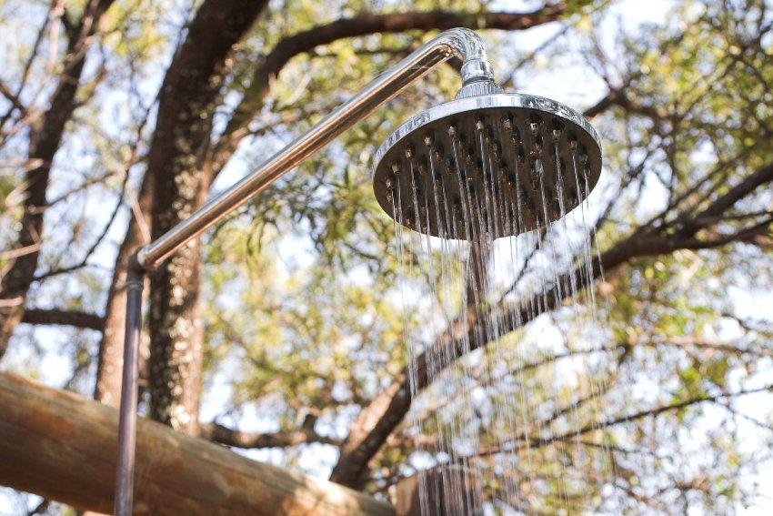 Лейка с распылителем и краном регулировки подачи струи входит в состав минимального набора для летнего душа