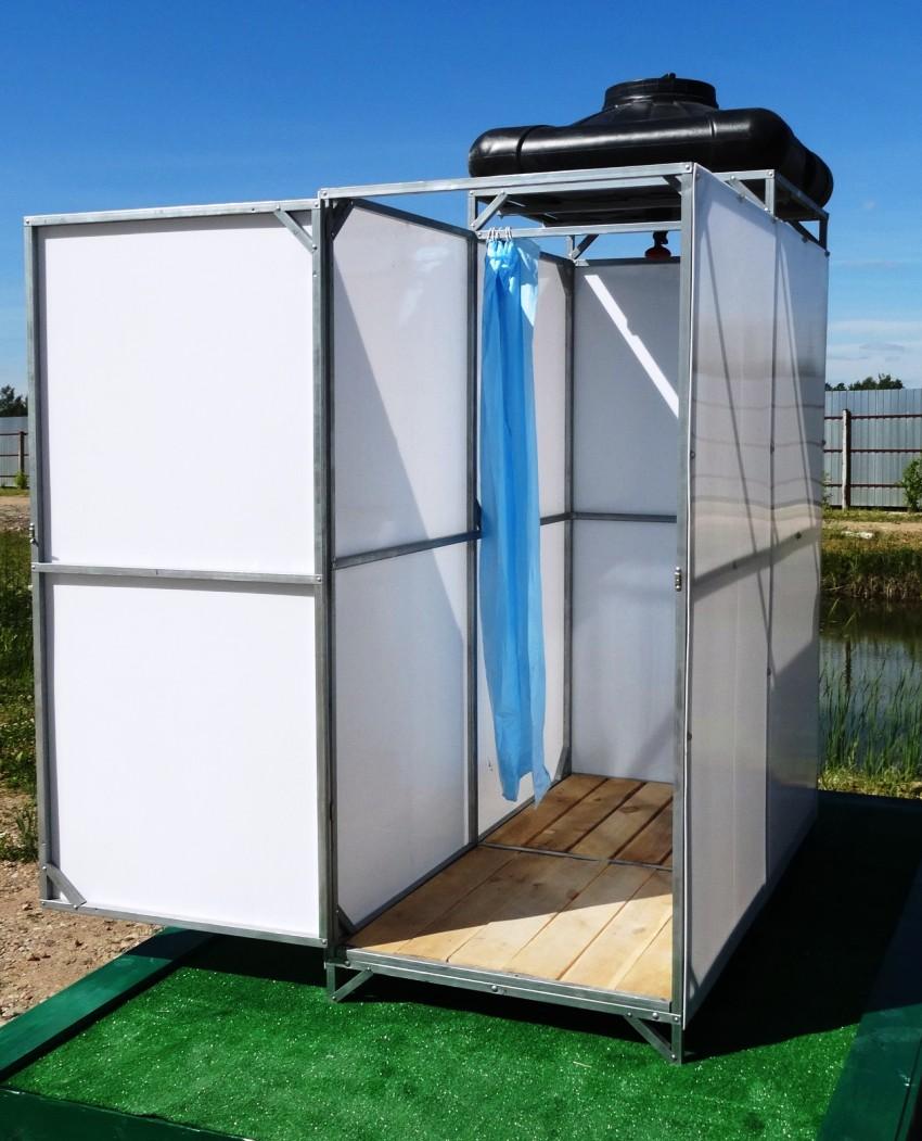 """Отличным вариантом считается недорогой летний душ """"Делсот"""" с нагревательным элементом и пластиковым бачком объёмом 40 л"""