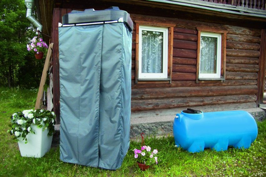 Летний душ рекомендуется размещать возле дома, чтобы после водных процедур не приходилось осуществлять длительных перебежек по улице